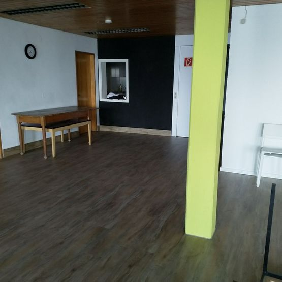 Der neue Boden mit neuen Stühlen